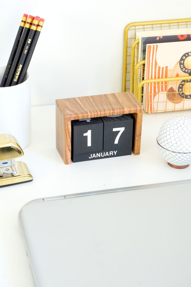 wood-desk-calendar