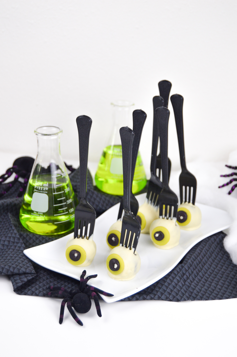 creepy eyeball cake pops for halloween | club crafted
