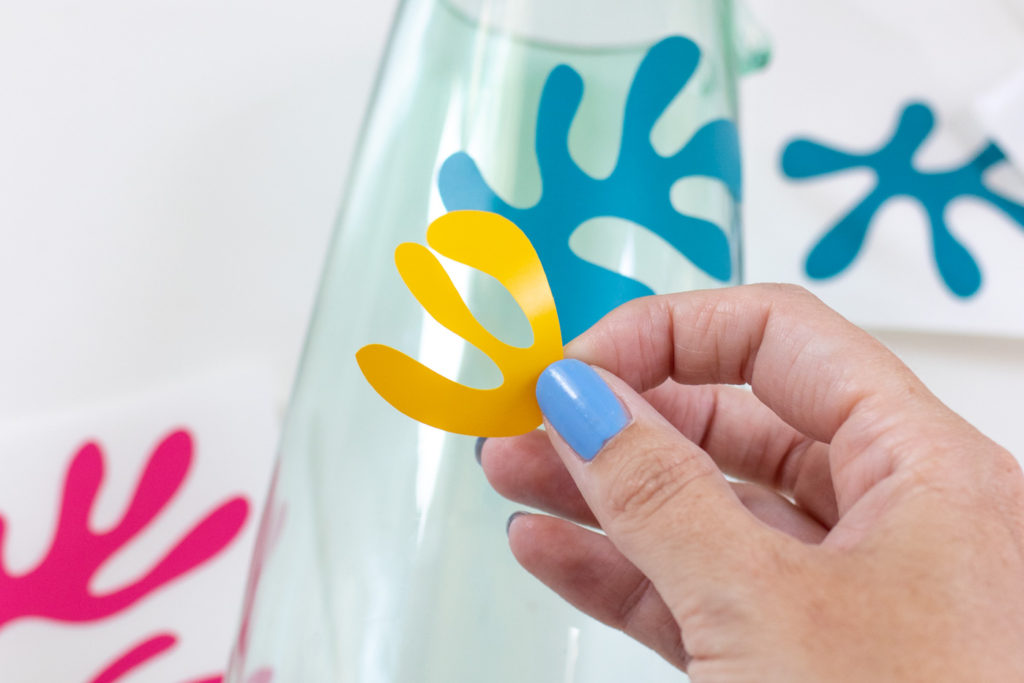 DIY Matisse Pitcher with Cricut // How to cut vinyl with Cricut for making a matisse-inspired pitcher with colorful abstract prints! Download the free SVG cut files for Cricut or Silhouette #homedecor #freedownload #vinyl #diydecor #freetemplate #entertaining #summerdecor